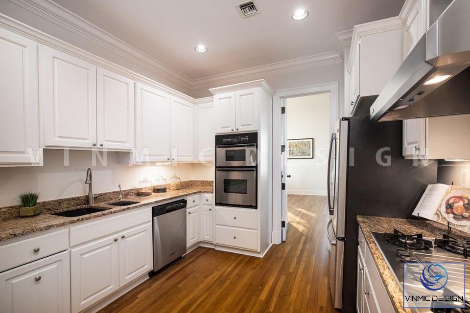 Phòng bếp rộng rãi với bề mặt sử dụng sơn 2k