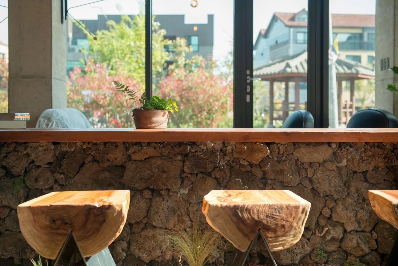 Ghế và bàn được tạo nên sự gần gũi nhất