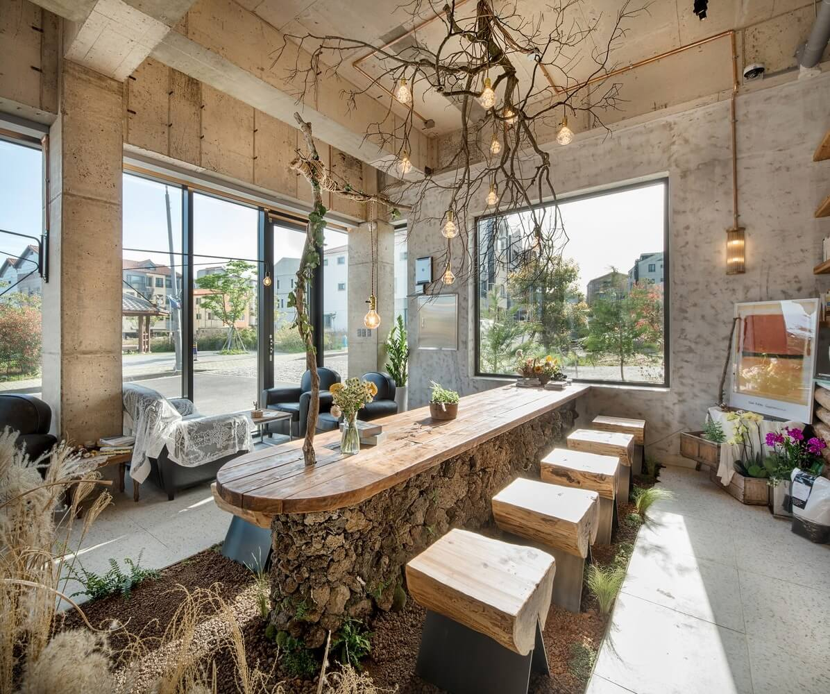 Bộ bàn ghế cho khách hàng ngồi được sử dụng bằng gỗ tự nhiên