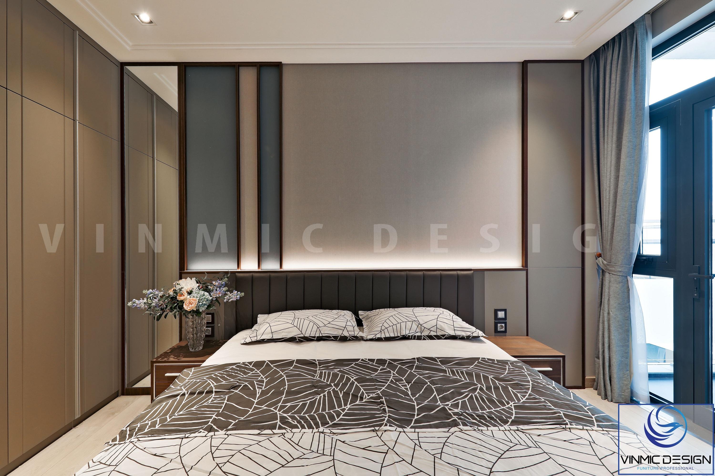 Các mảng tường trong phòng ngủ này đều được ốp nỉ và gỗ công nghiệp để tạo điểm nhấn