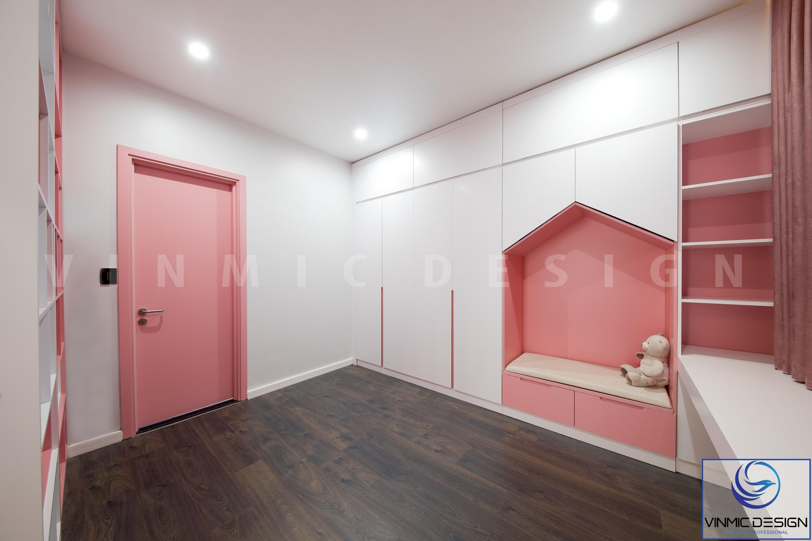 Phòng ngủ bé gái cũng có nơi thay đồ và góc học tập riêng biệt
