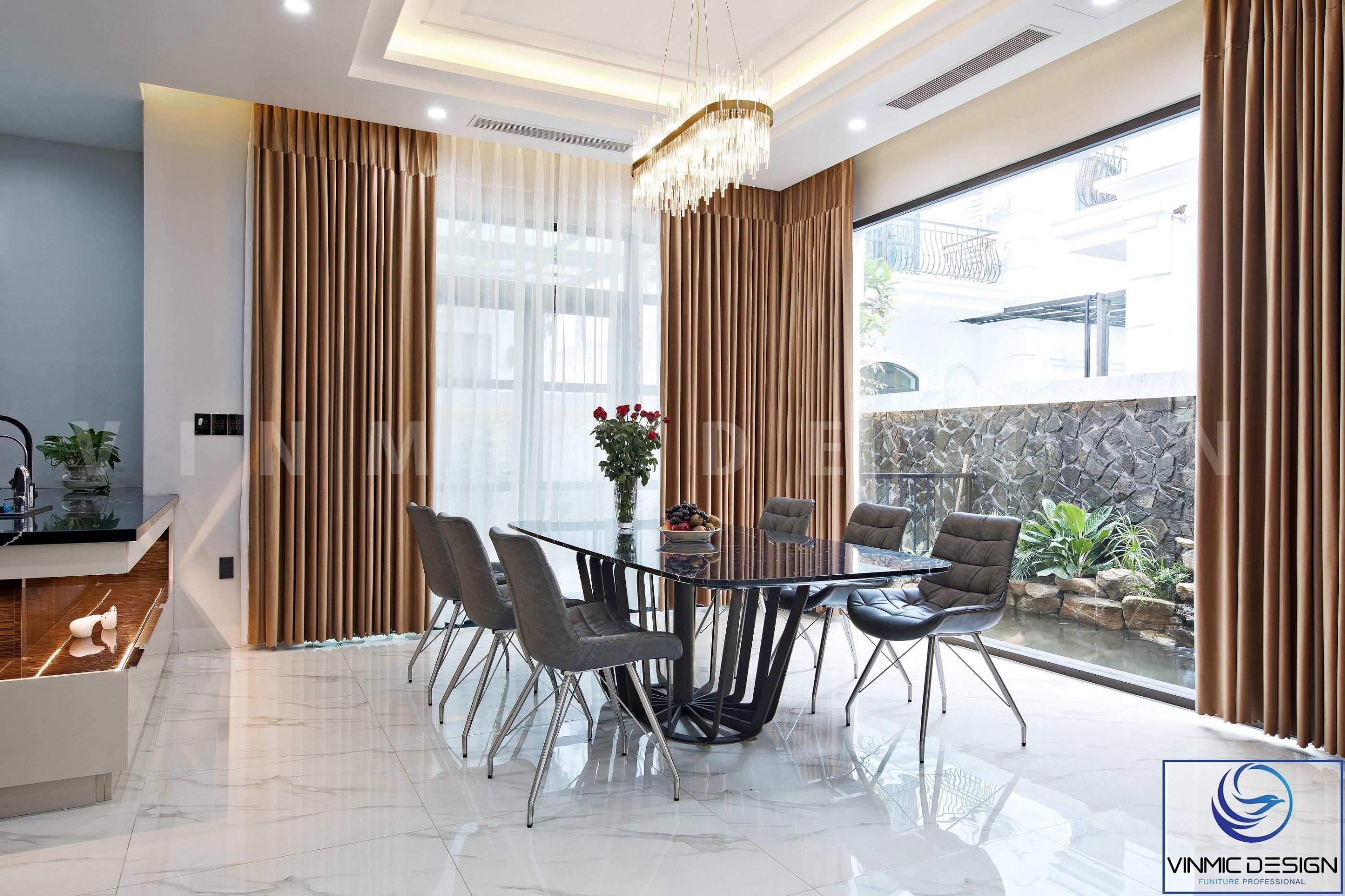 Tận dụng ánh sáng thiên nhiên cũng như không gian phía ngoài sảnh, tạo nên một phòng ăn đẹp mắt