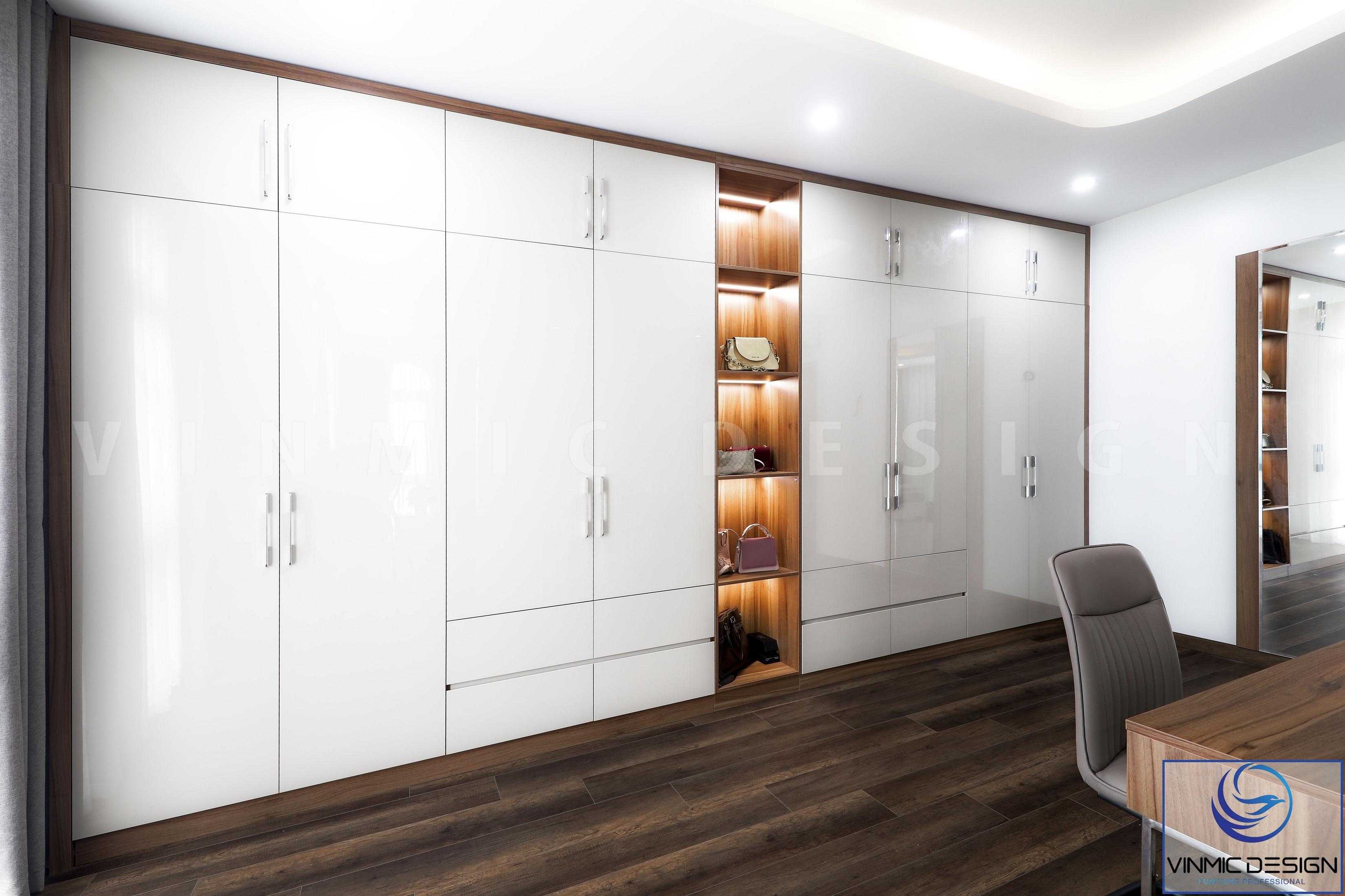 Tủ quần áo được tạo điểm nhấn với khu vực đợt ở giữa và hệ thống đèn led