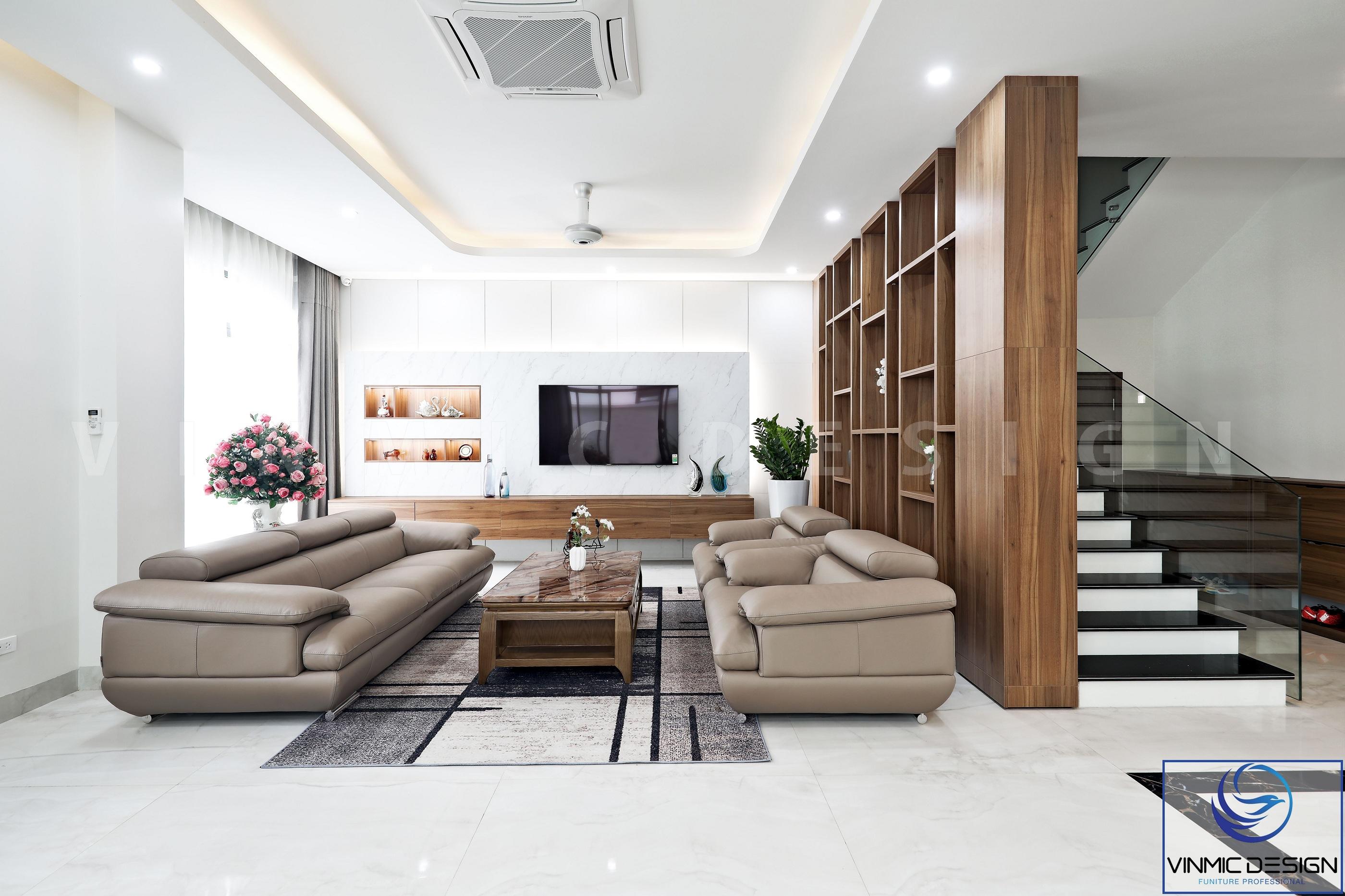 Điểm nhấn của phòng khách là bộ sofa nhập khẩu cùng vách ngăn trang trí