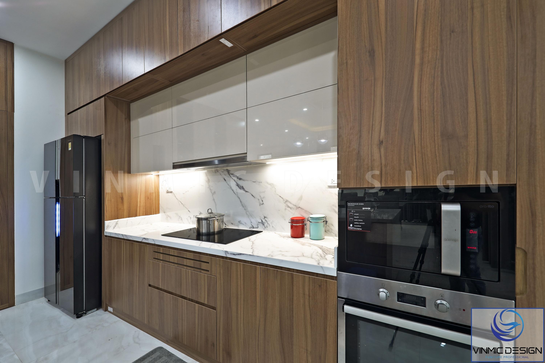 Tủ bếp được thi công kịch trần, nhằm tăng thêm khu vực để đồ cho gian bếp