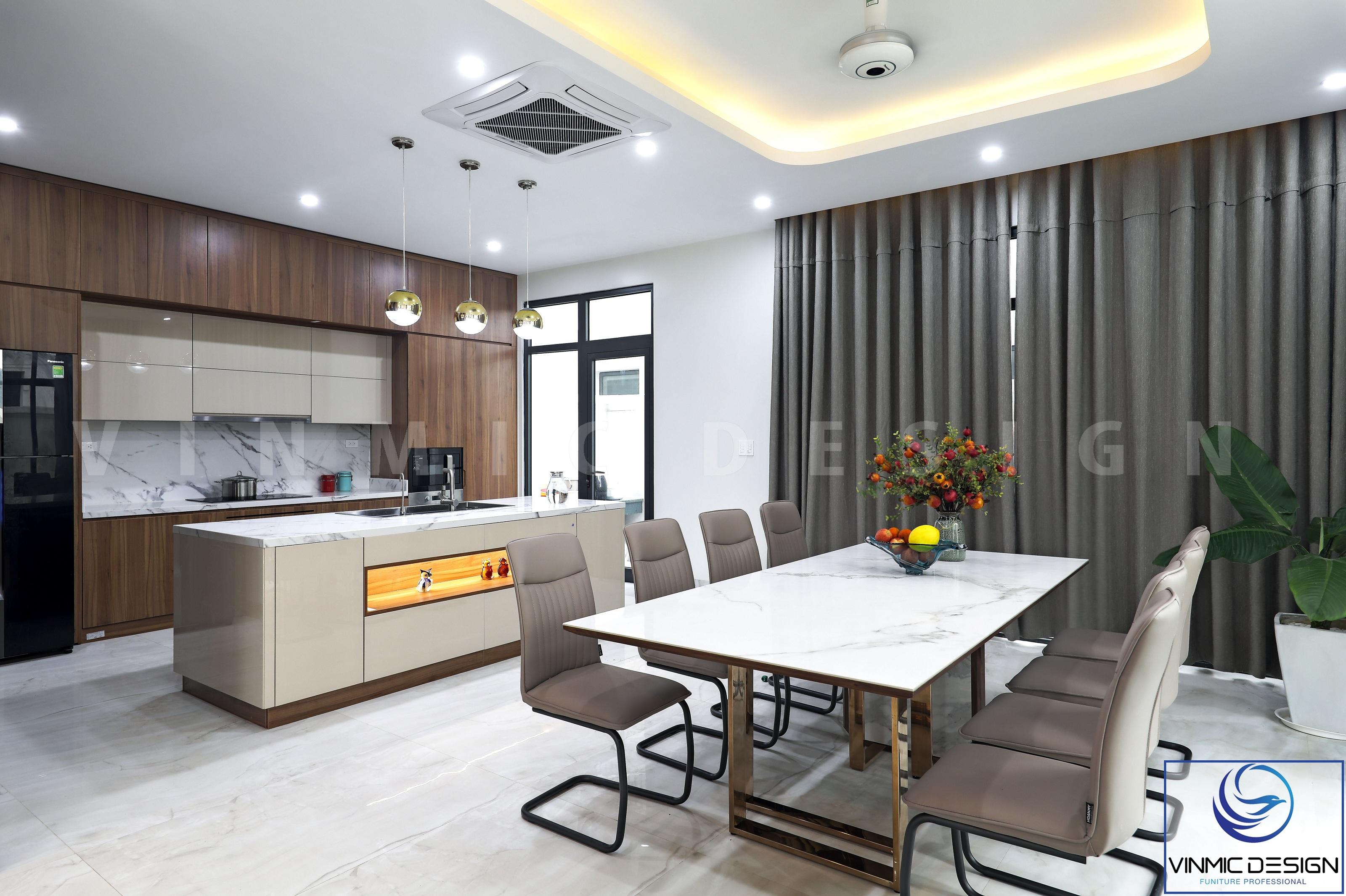 Bộ bàn ghế ăn được đặt cạnh khu vực bếp, tăng thêm sự thuận lợi khi sử dụng