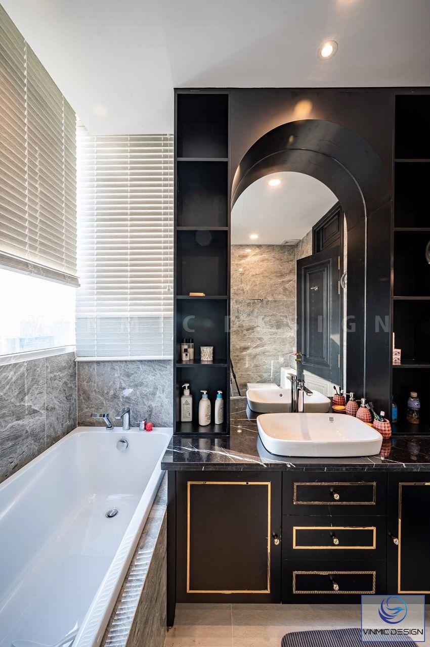 Phòng tắm được bố trí thêm hệ tủ đựng đồ tiện lợi