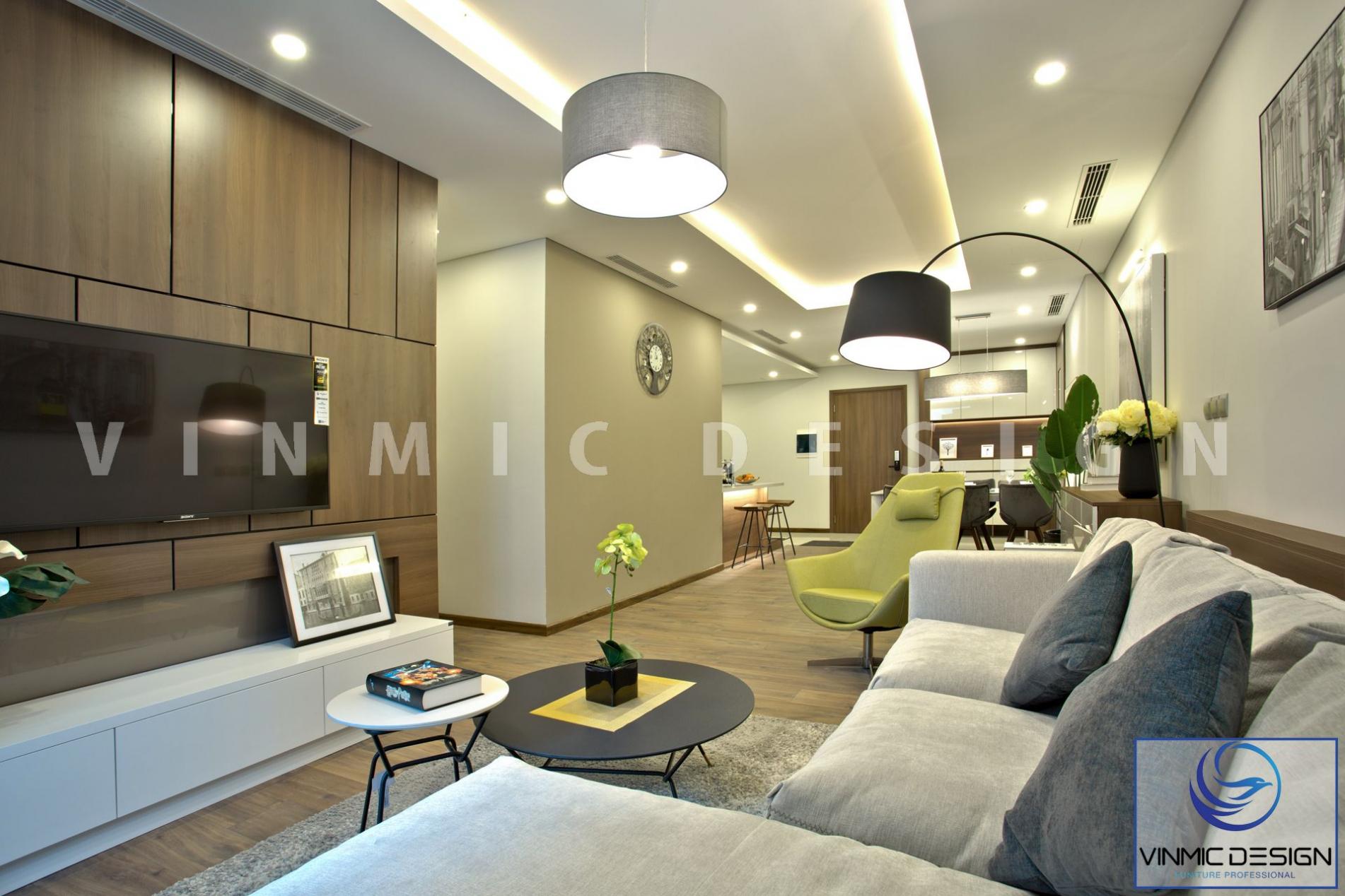Thi công thực tế kệ tivi đơn giản kết hợp bộ sofa màu kem và bàn trà đôi, tạo cảm giác thư giãn, êm ái và nhẹ nhàng cho phòng khách tại căn hộ Ngoại Giao Đoàn
