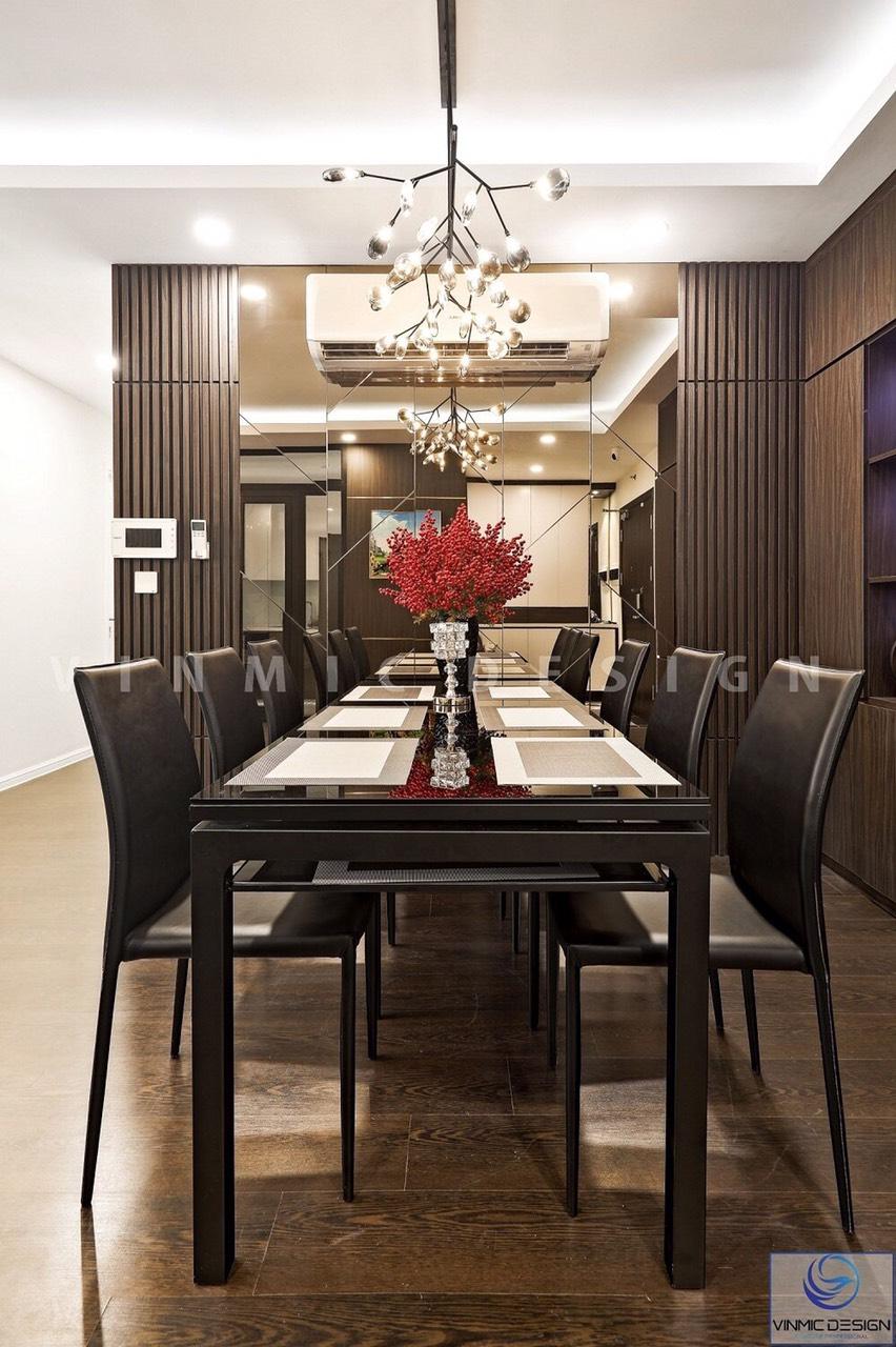 Bàn ăn sang trọng và ghế da, kết hợp hướng trang trí hiện đại và đèn chùm đẹp tại căn hộ Imperia Sky Garden