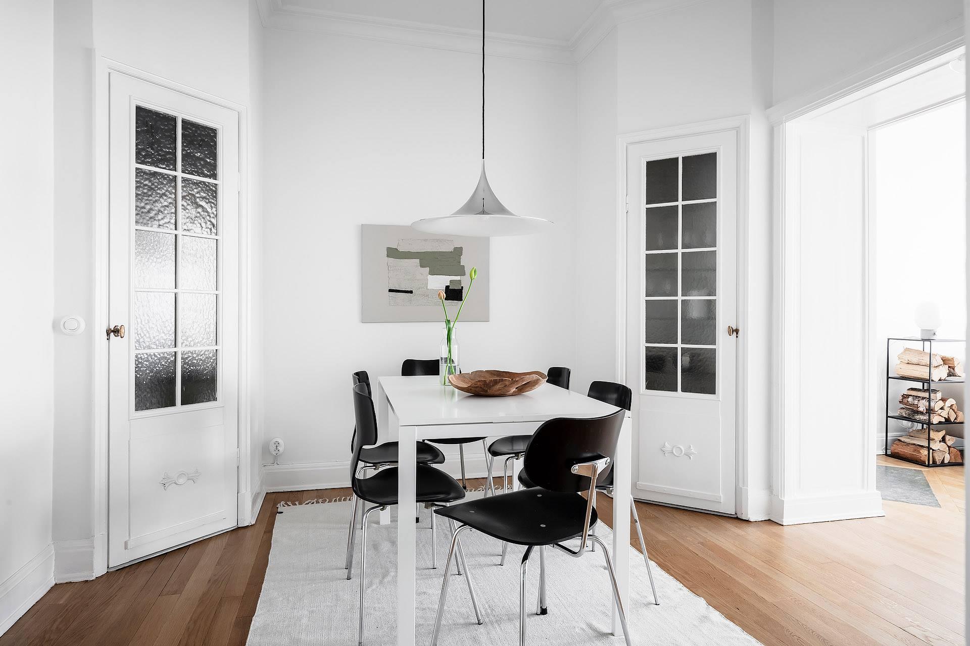 Thiết kế nội thất phòng bếp với bàn ăn giản đơn