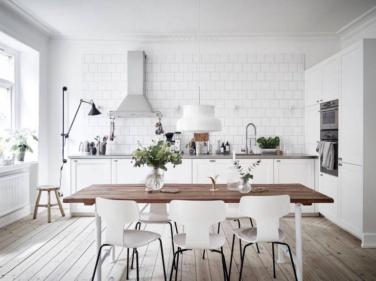 Thiết kế phòng bếp đẹp với tone màu trắng ấn tượng
