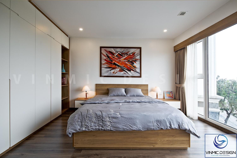 Đầu giường của phòng ngủ này được làm vách gỗ, tab đầu giường được làm khá đơn giản không cầu kỳ với 2 ngăn kéo nhỏ.