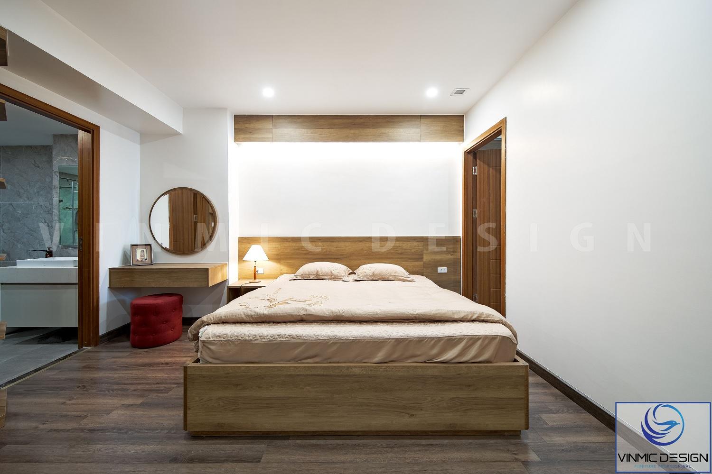 Không gian phòng ngủ bố trí đơn giản, với chất liệu gỗ MDF.