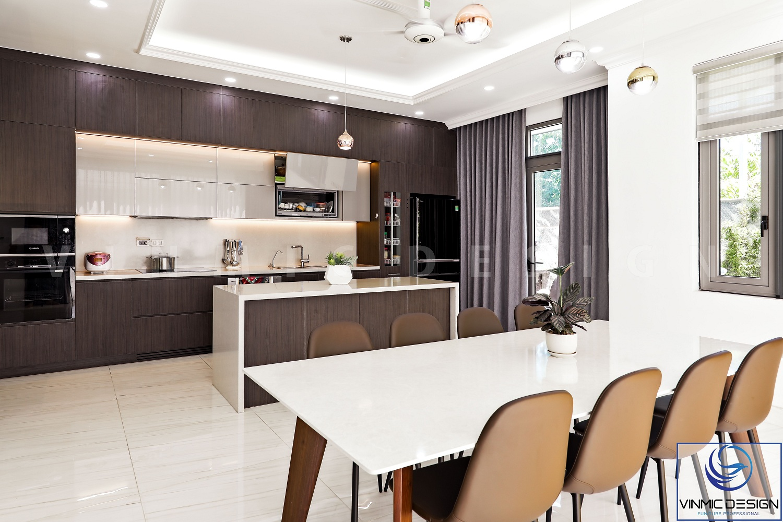 Trần thạch cao kết hợp đèn treo và quạt trần tiện lợi trong phòng bếp.