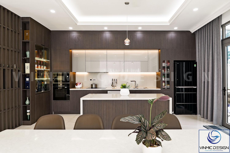 Tủ bếp kịch trần giúp tránh lắng bụi bẩn, tủ bếp trên với tông màu sáng bề mặt Acrylic bóng dễ dàng lau chùi.