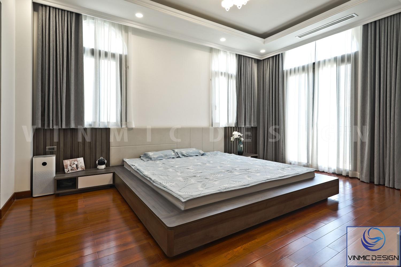 Phòng ngủ được thiết kế nhiều cửa để có được nhiều ánh sáng tự nhiên.