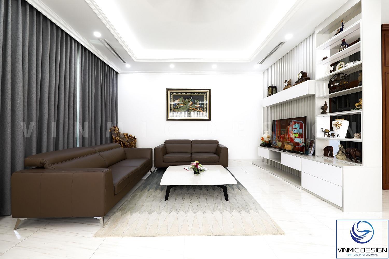 Tông màu sáng kết hợp sofa nâu bằng da microfiber tạo nên điểm nhấn.