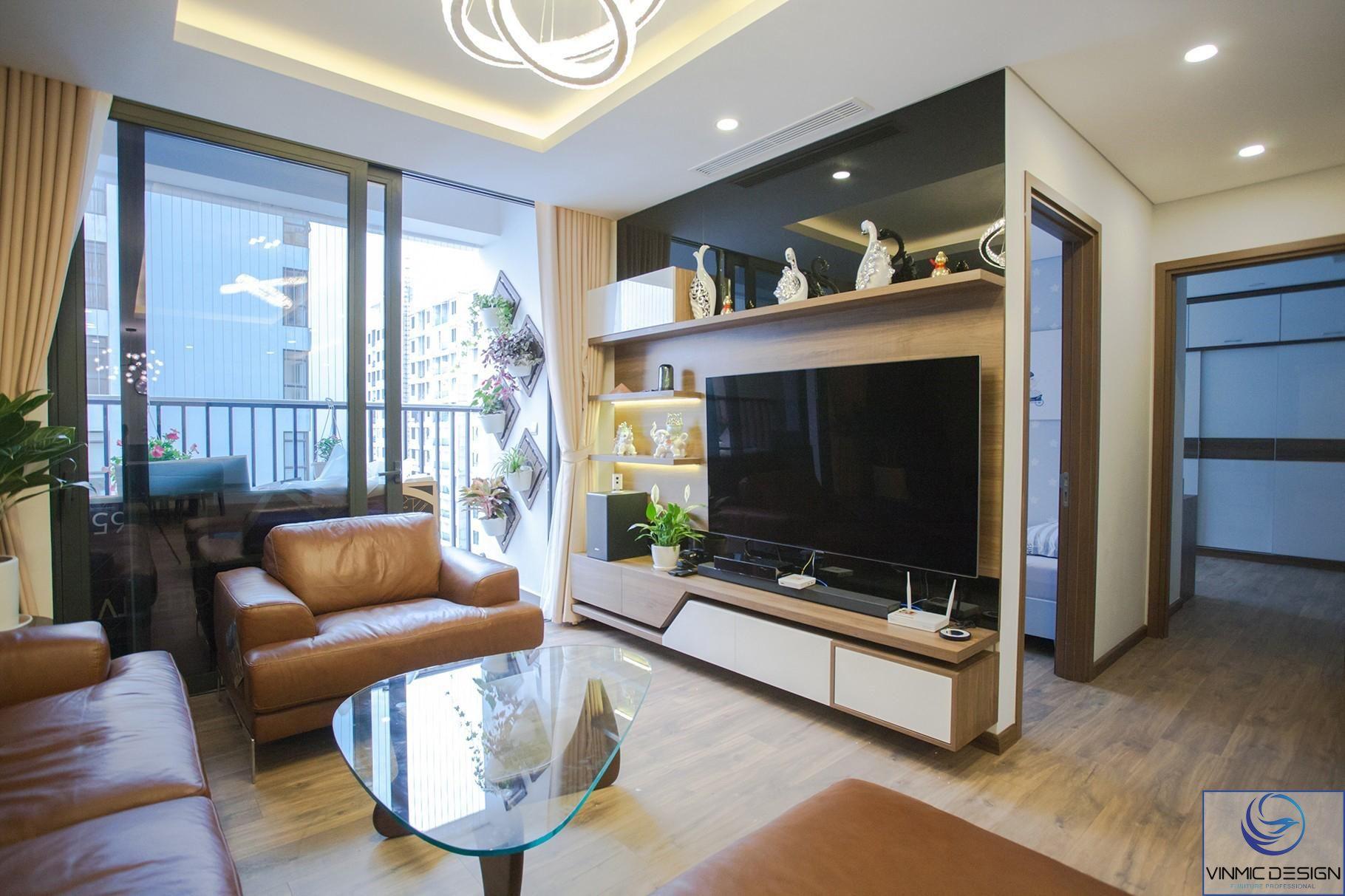 Kết hợp vách tivi kịch trần kính đen bóng là điểm nhấn cho phòng khách.