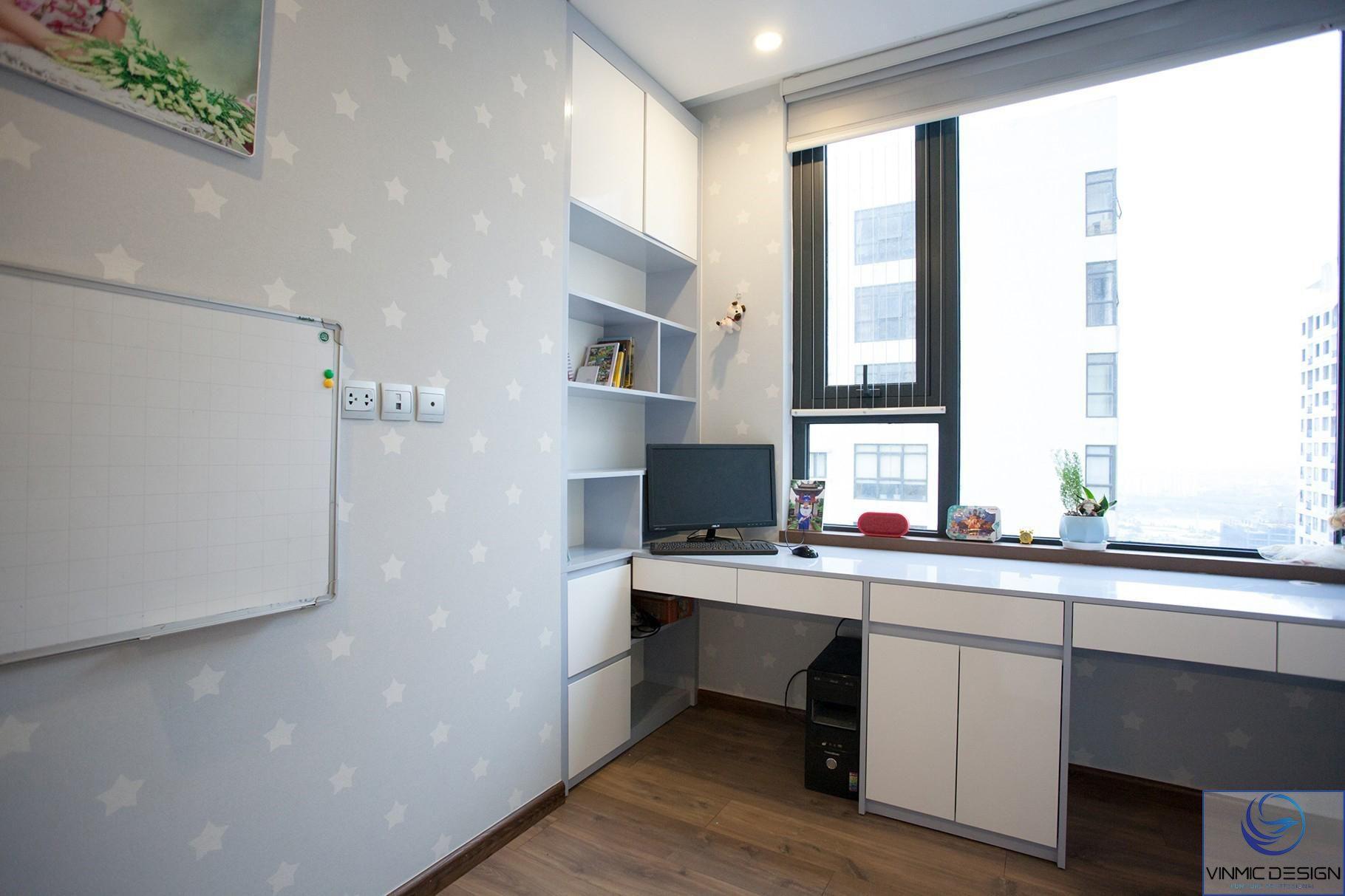 Bàn học kết hợp với tủ sách tạo nên không gian rông rãi cho căn phòng.