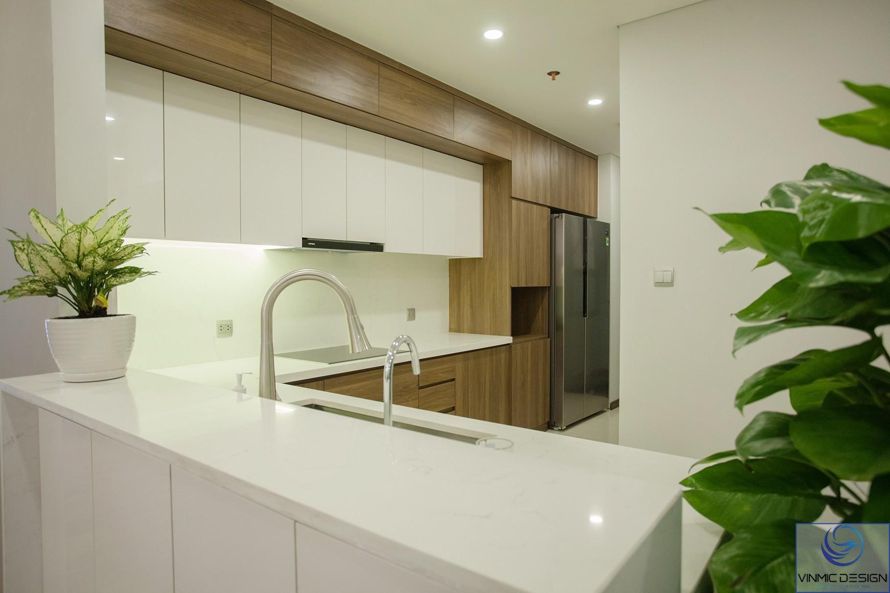 Tủ bếp được kết hợp giữa 2 màu trắng và nâu.