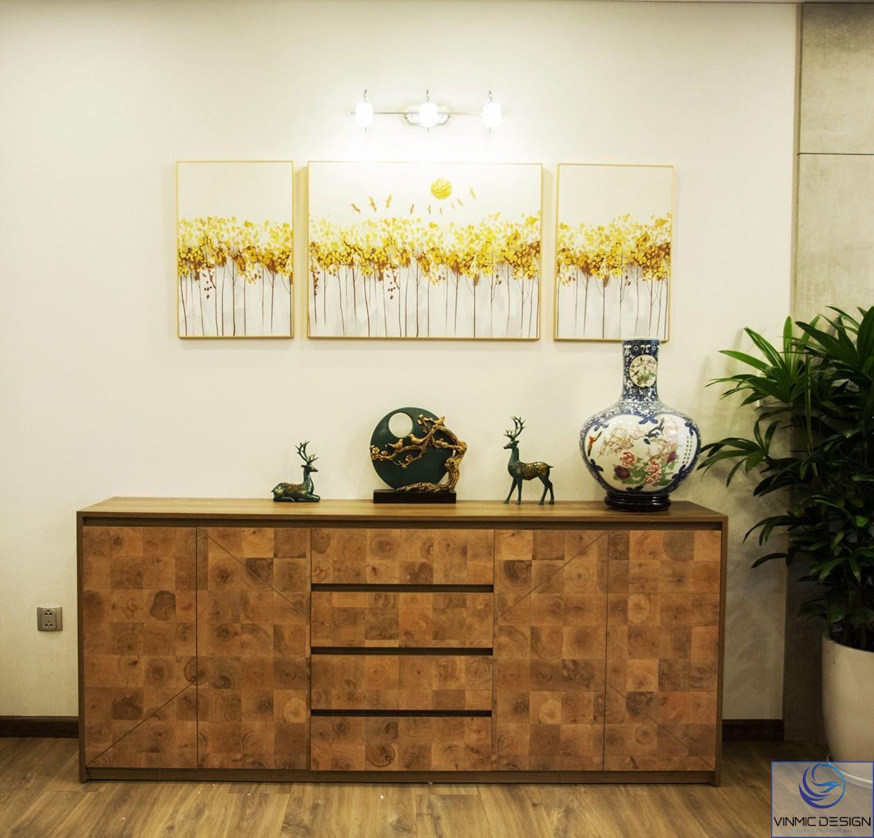 Giữa căn hộ là tủ trang trí và bức tranh thiên nhiên làm nên vẻ tự nhiên.