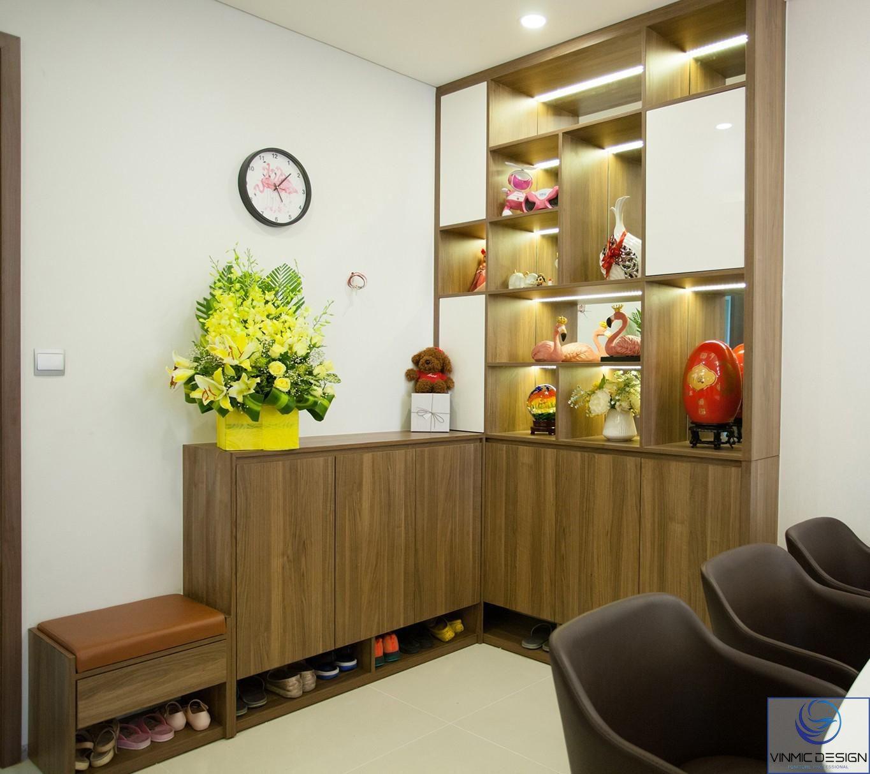 Tủ giày kết hợp tủ trang trí tiết kiệm cho không gian chung.