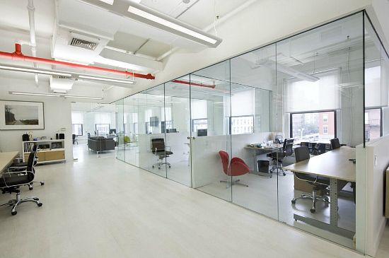Thiết kế văn phòng với vách kính tạo diện tích rộng rãi